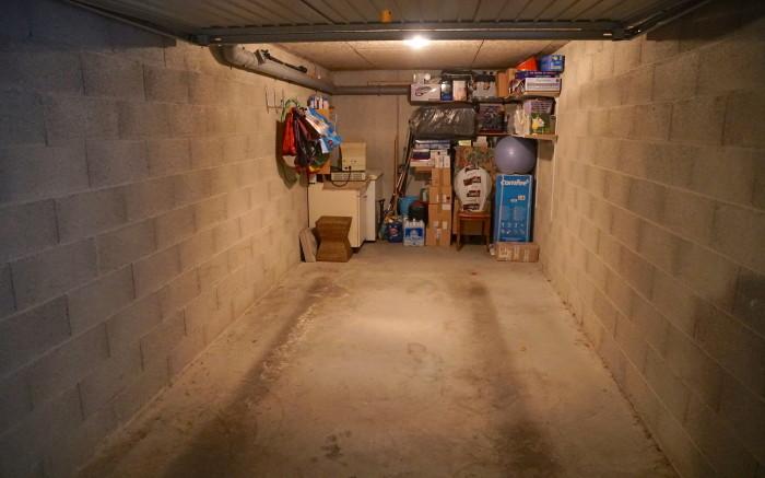 garage individuel fermé avec cave au fond